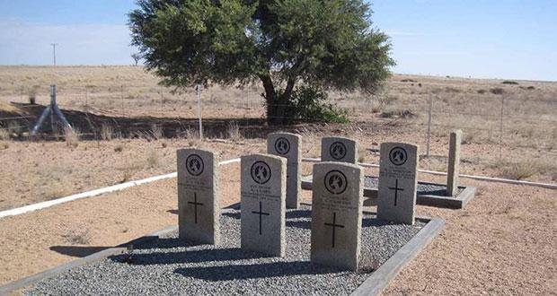 PT-Kimberley_Regiment_Graves_at_Trekkopjes-1915