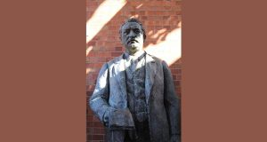 PT-Cecil_John_Rhodes_statue_at_the_Kimberley_Club-1899