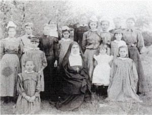 PT-Sr_Henrietta_with_children_from_St_Michaels-1908